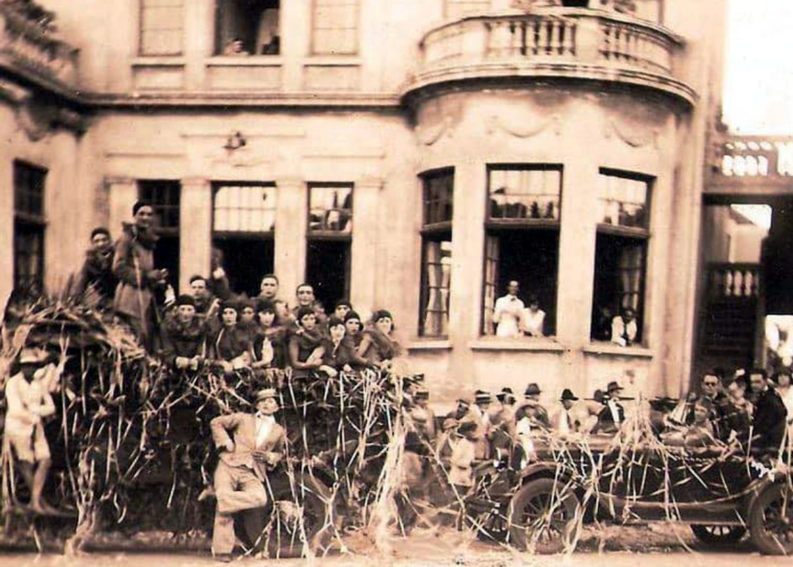 Bloco de carnaval, na década de 30, em frente ao Clube Comercial. Foto: Divulgação