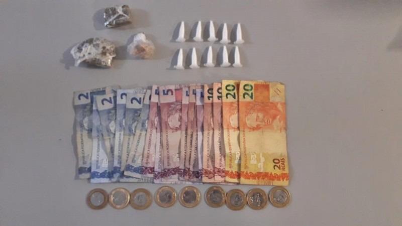 Dinheiro e drogas apreendidos em uma das prisões Foto: Brigada Militar