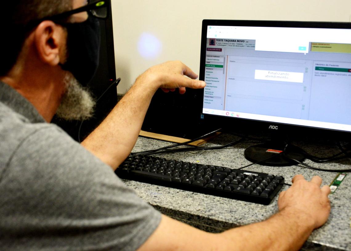 Paulo Linden, funcionário de TI da Prefeitura, explica sobre o novo sistema. Foto: Magda Rabie / Prefeitura de Taquara