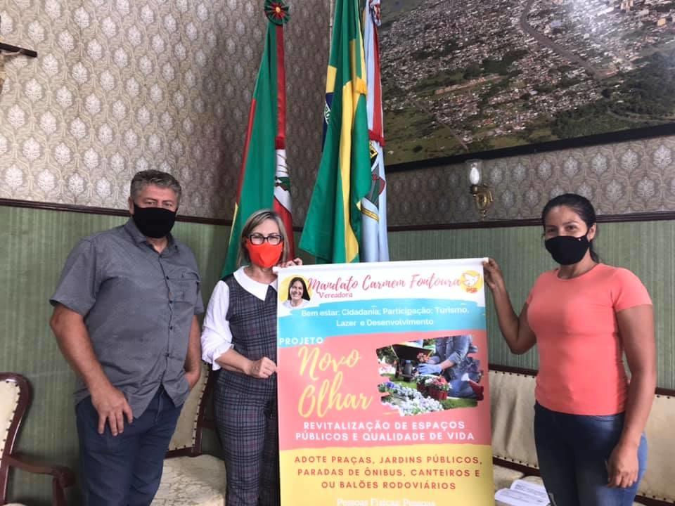 Paisagista Roberto Schuck é o primeiro empresário a aderir ao projeto. Na foto com a prefeita Sirlei e a vereadora Carmem. Foto: Cris Vargas