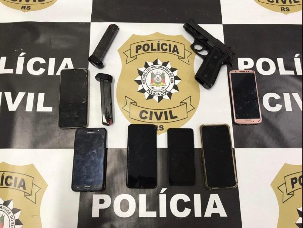 Armas e celulares apreendidos na primeira investida da polícia, em fevereiro (Fotos: Polícia Civil)
