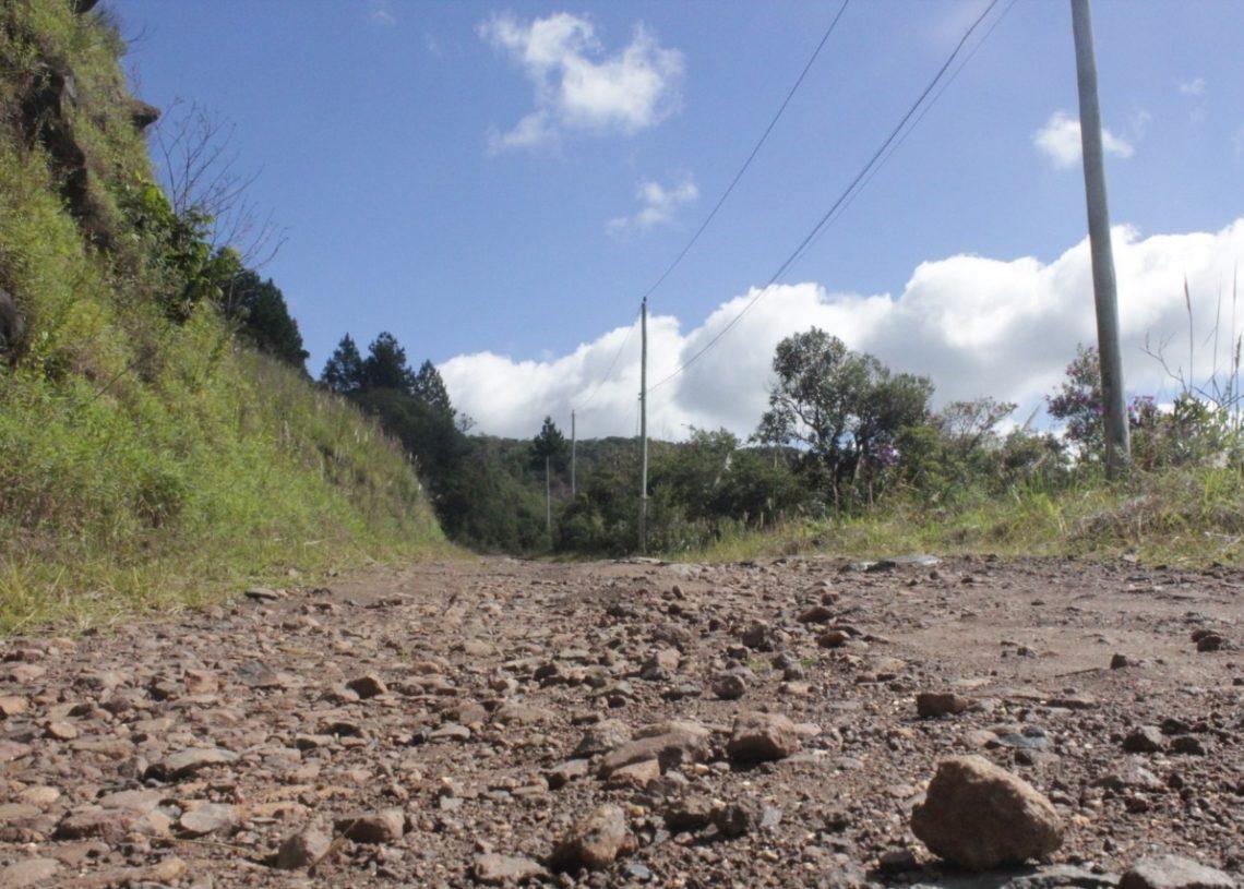 Trecho que divide Riozinho e Maquiné, da RS-239, é de chão batido e pedregulhos  (Fotos Melissa Costa)
