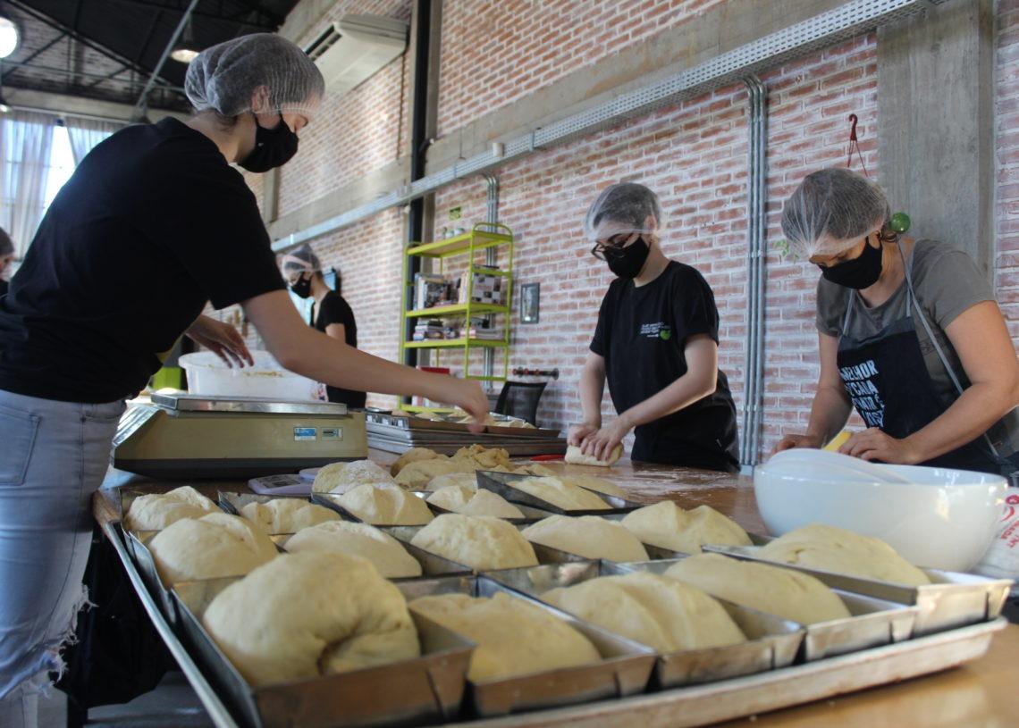 Mesmo se encerrando o período programado para a ação, a ideia é continuar fazendo os pães com os valores já recebidos de doação Foto: Lilian Moraes