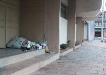 Ainda que sejam poucos, é possível encontrar pertences guardados em prédios que servem como uma espécie de refúgio Foto: Lilian Moraes