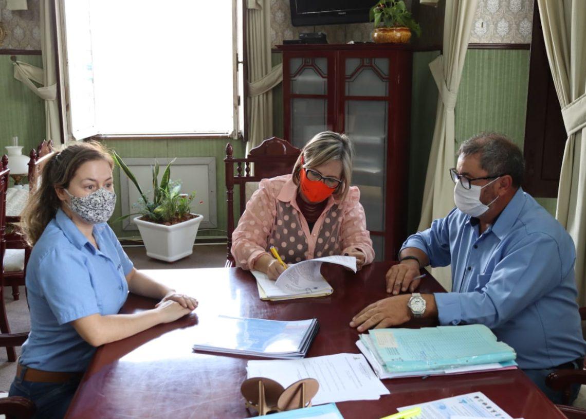 Assinatura do documento foi acompanhado de Carine, Sirlei e Brito. Foto: Cris Vargas