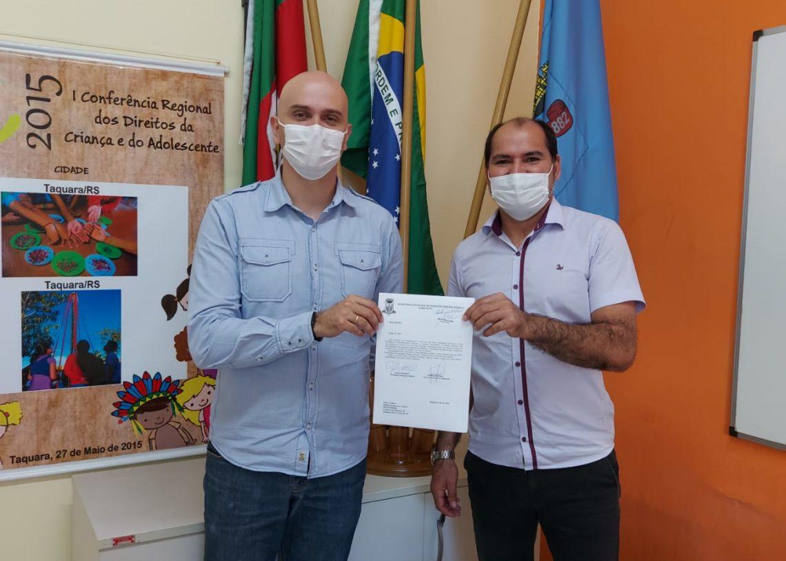 Diretor geral de Desenvolvimento Social e Habitação, Rafael Altenhofer e o diretor de Habitação, Chiquinho Mariano com o projeto em mãos. Créditos: Divulgação