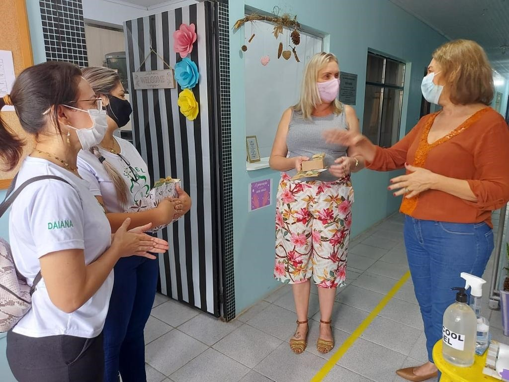 Secretária Joana conversando com parte da equipe da escola de  educação infantil do bairro Nova Parobé  (Foto: Divulgação)