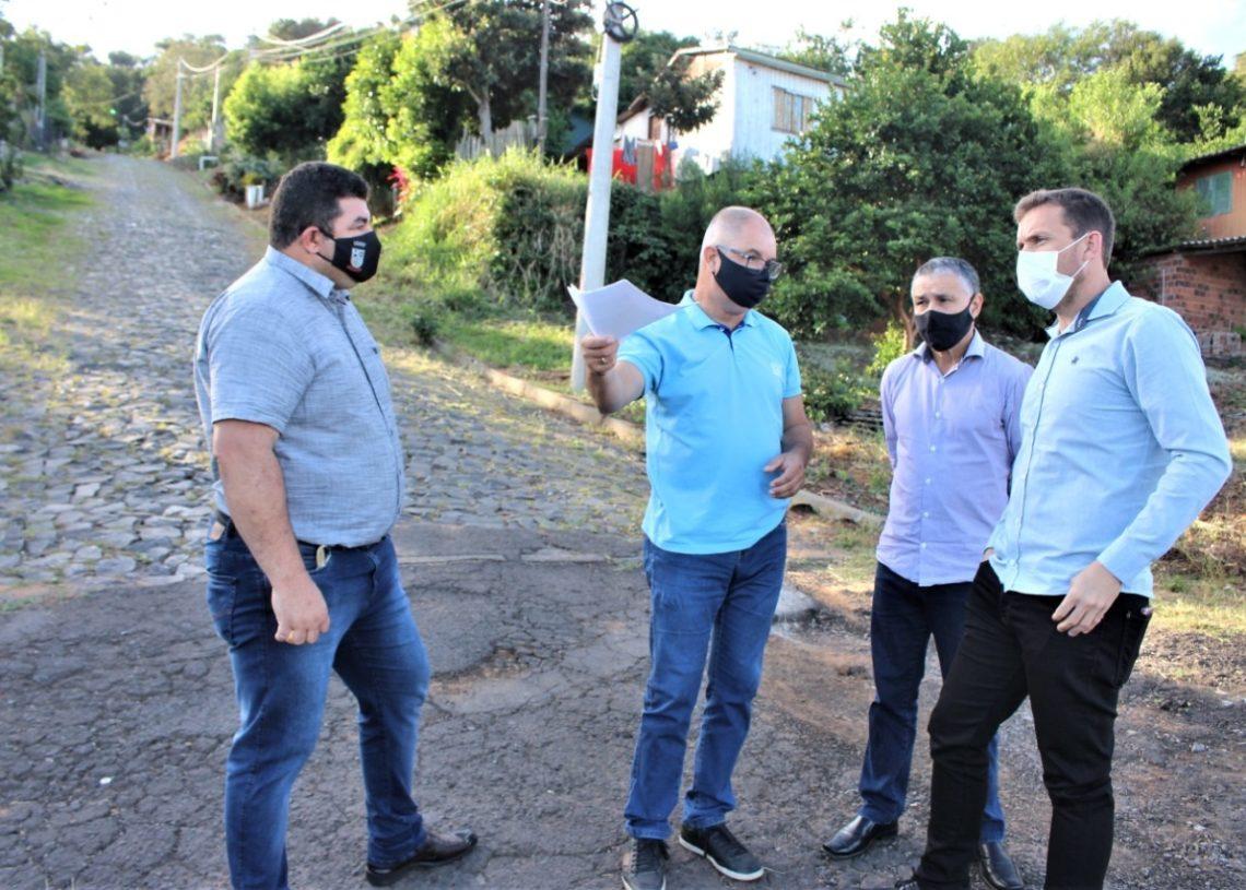 Prefeito, diretor do Meio Ambiente, secretário de governo e chefe da Corsan visitando o local  (Foto: Eder Zucolotto)