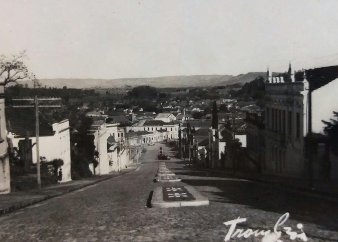 Foto da Edmundo Saft em direção à Julio de Castilhos. No centro estão os canteiros de pedra portuguesa. Foto: Facebook