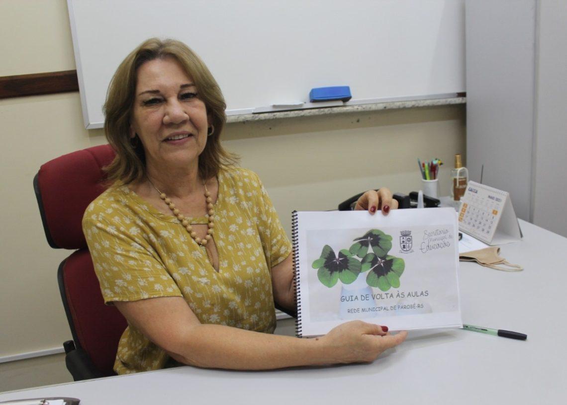 Secretária de Educação, Joana mostra o guia construído para orientar famílias  e profissionais  da área  (Foto: Melissa Costa)