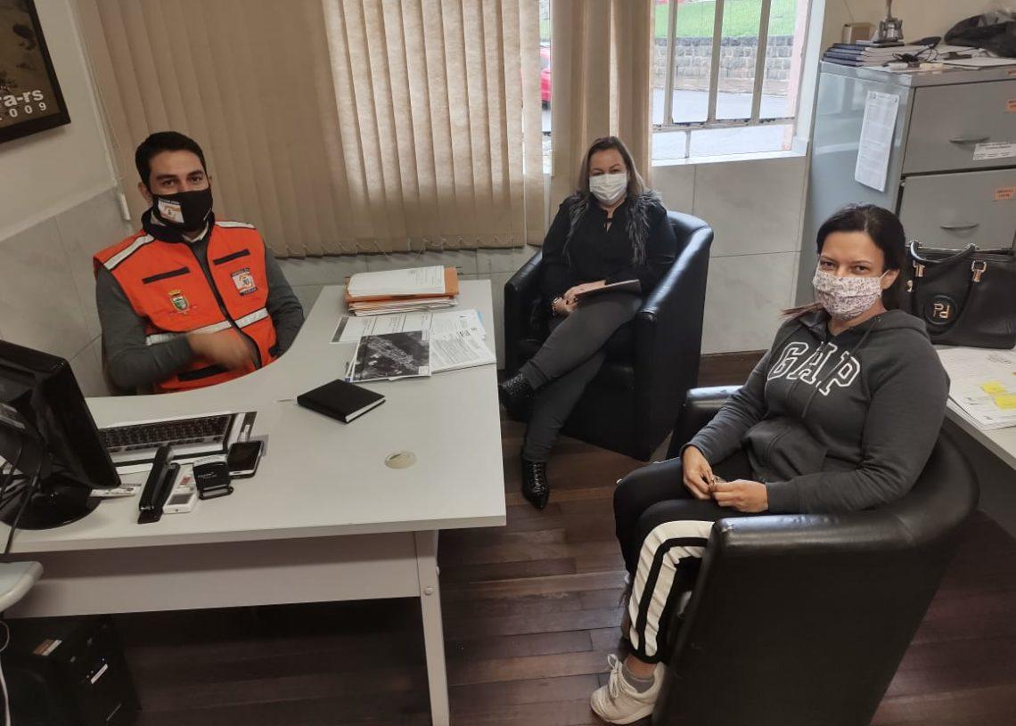 Coordenador de Defesa Civil, Matheus Modler; secretária Ana e Regina Rodrigues, veterinária da Vigilância Ambiental durante tratativas sobre ações de enfrentamento à Dengue. Foto: Divulgação