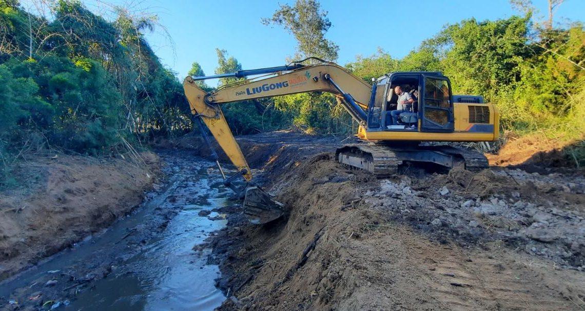 Secretaria de Obras trabalha com uma escavadeira do Município e uma contratada para a realização do serviço. Créditos: Divulgação/Secretaria de Obras