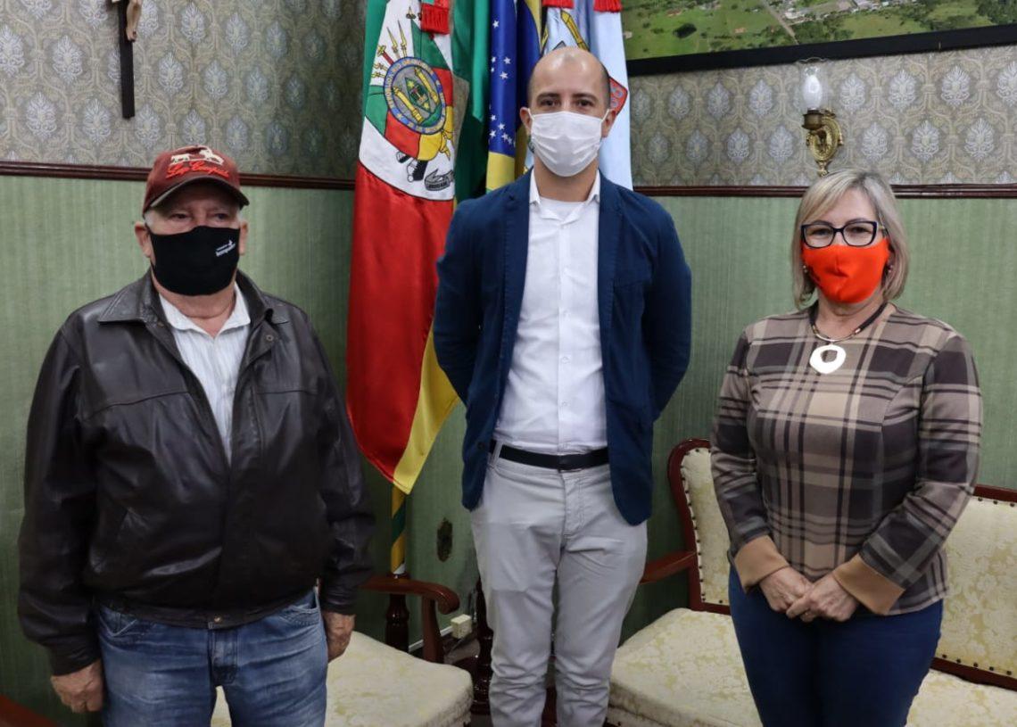 Prefeita e vice recepcionaram o secretário Régis. Foto: Cris Vargas