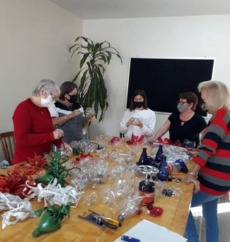 Voluntárias do Natal Mágico ministram oficina às moradoras do Eldorado. Créditos: Divulgação/Diretoria de Cultura