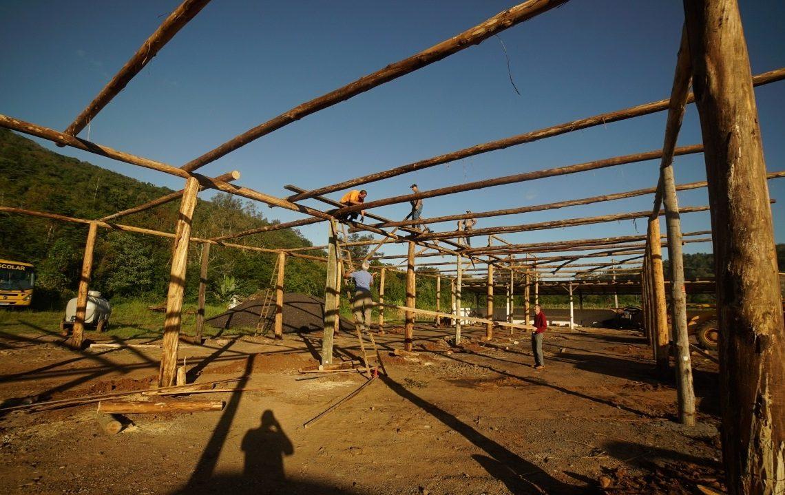 Operários construindo a nova estrutura em madeira no Centro do município  (Foto: Jason Angeli)