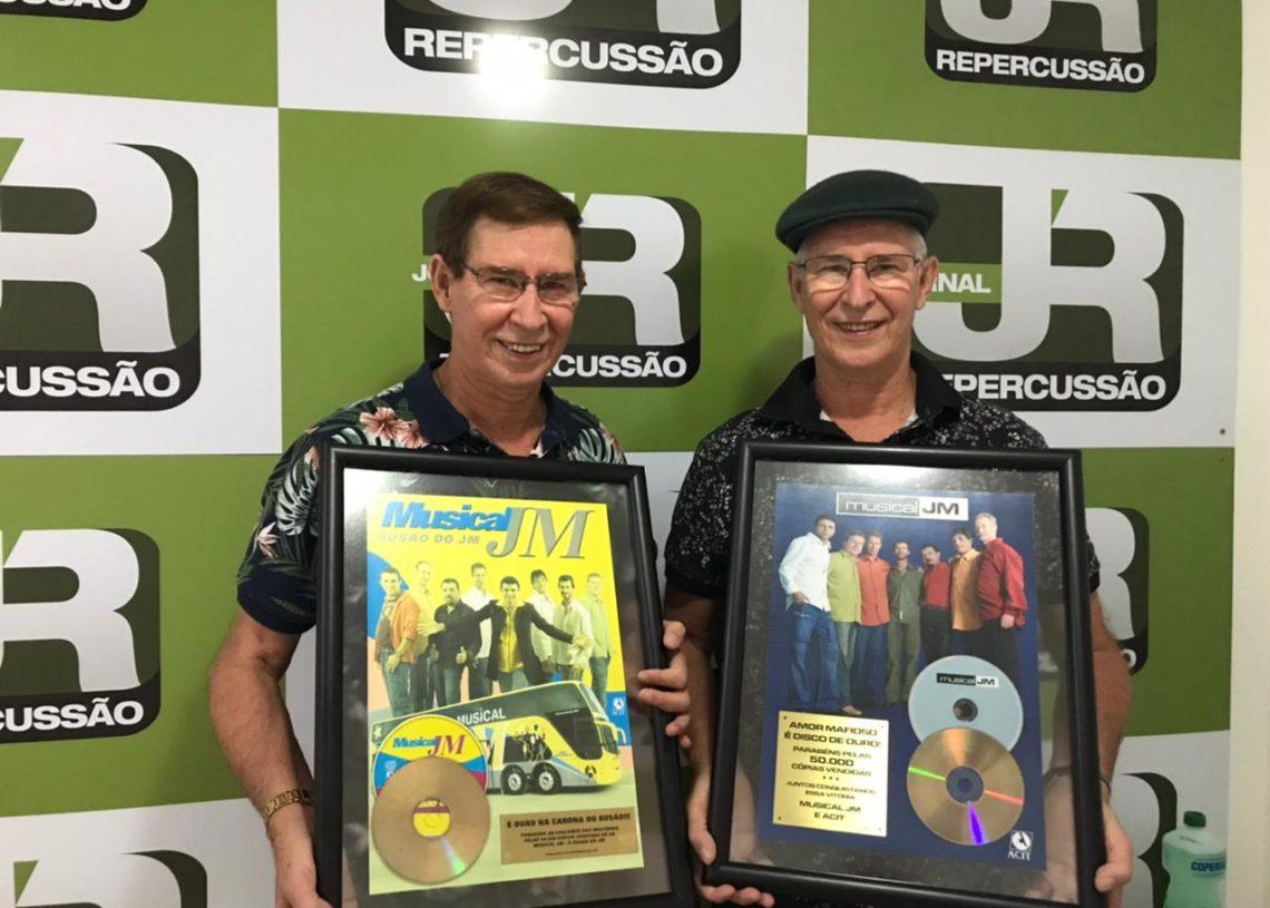 Irmãos Zeno (esquerda) e Leno, com os dois discos de ouro conquistados . Foto: Matheus de Oliveira