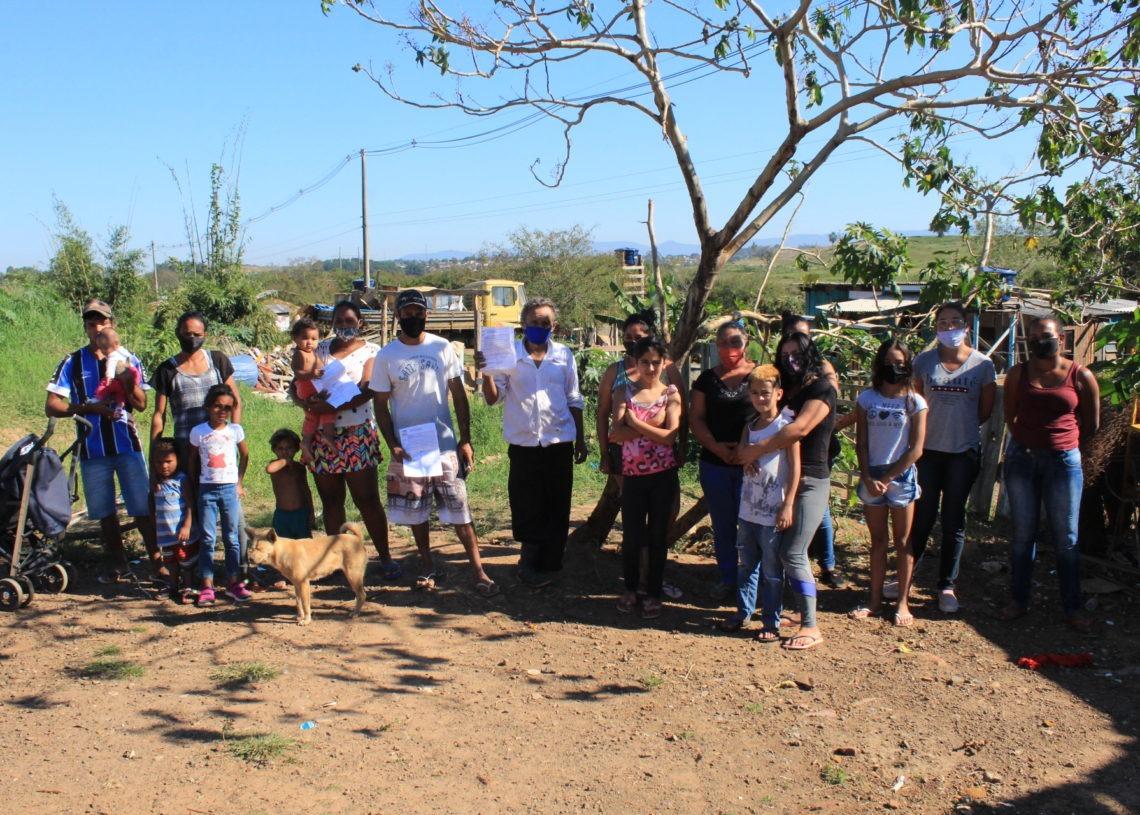 Crianças, adultos e idosos ocupam as residências em situação de risco Foto: Matheus de Oliveira
