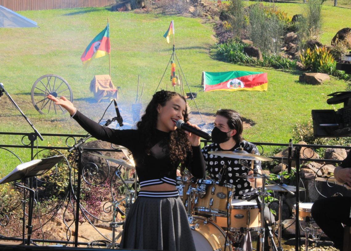 Luiza em live promovida em Julho passado em parceria com o Grupo Repercussão Foto: Deivis Luz