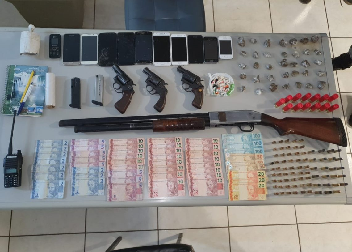 Armas, munições, drogas e celulares apreendidos (Foto: Brigada Militar)