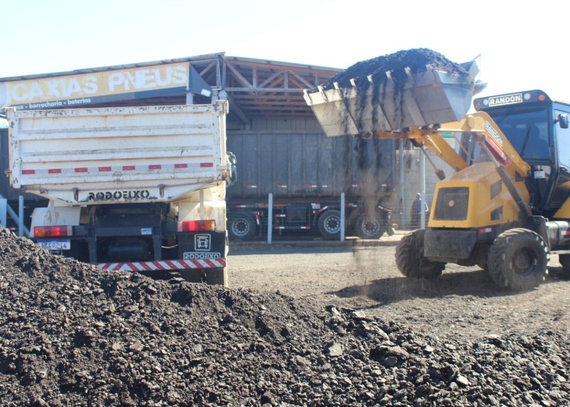 Caminhões de  Riozinho sendo carregados com as raspas de asfalto de Parobé (Foto: Melissa Costa)