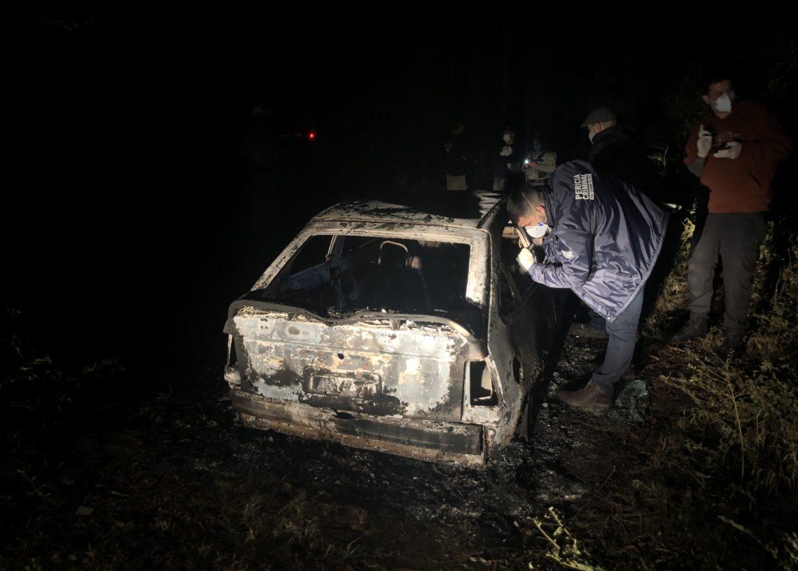 Restos mortais foram localizados no porta-malas do veículo incendiado (Foto: Matheus de Oliveira)
