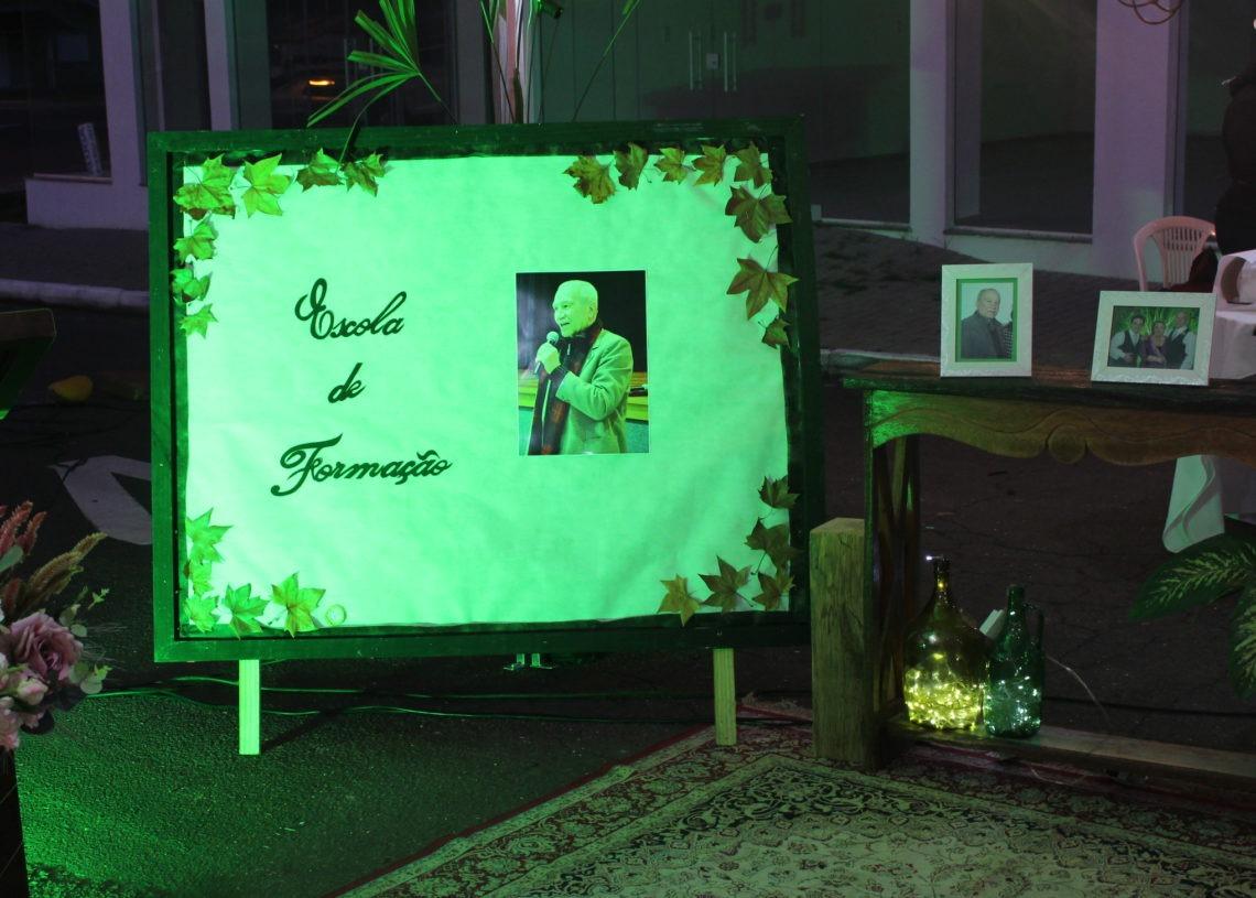 Professor foi homenageado em ato realizado em frente à prefeitura na última sexta-feira. Foto: Eder Zucolotto