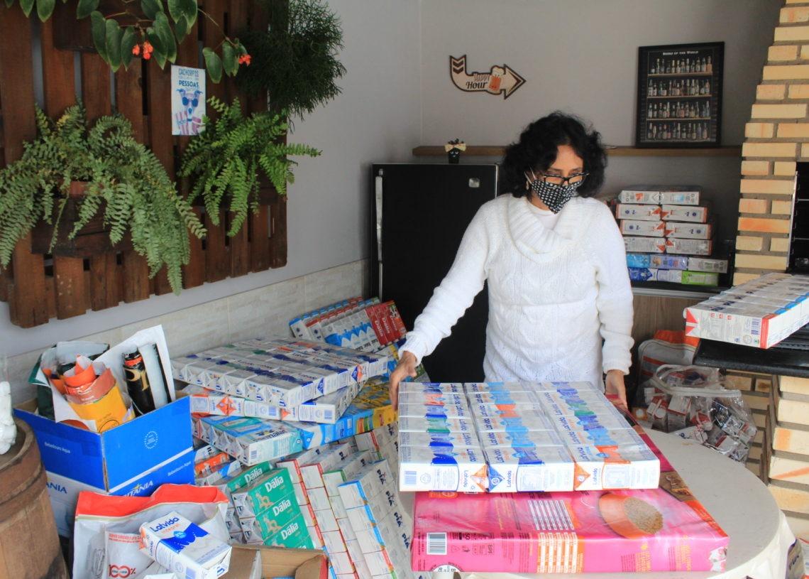 Caixinhas de leite, sacos de ração e muita fita adesiva são os materiais utilizados na confecção dos abrigos. Na foto, Mirinha Paiva. Foto: Matheus de Oliveira