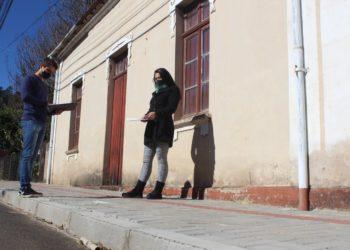 Arquiteto Cássio Wilborn e bióloga Keli Fernanda Pires observam as novas calçadas na região central e também já analisam quais os pontos do Centro que deverão receber as novas mudas de manacás-da-serra (Fotos: Melissa Costa)
