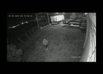 Acusado flagrado se aproximando com equipamento para quebrar câmera momentos antes do furto de caminhão  (Foto: Reprodução)