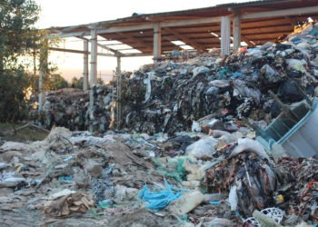 Toneladas de lixo estão totalmente expostas Foto: Lilian Moraes