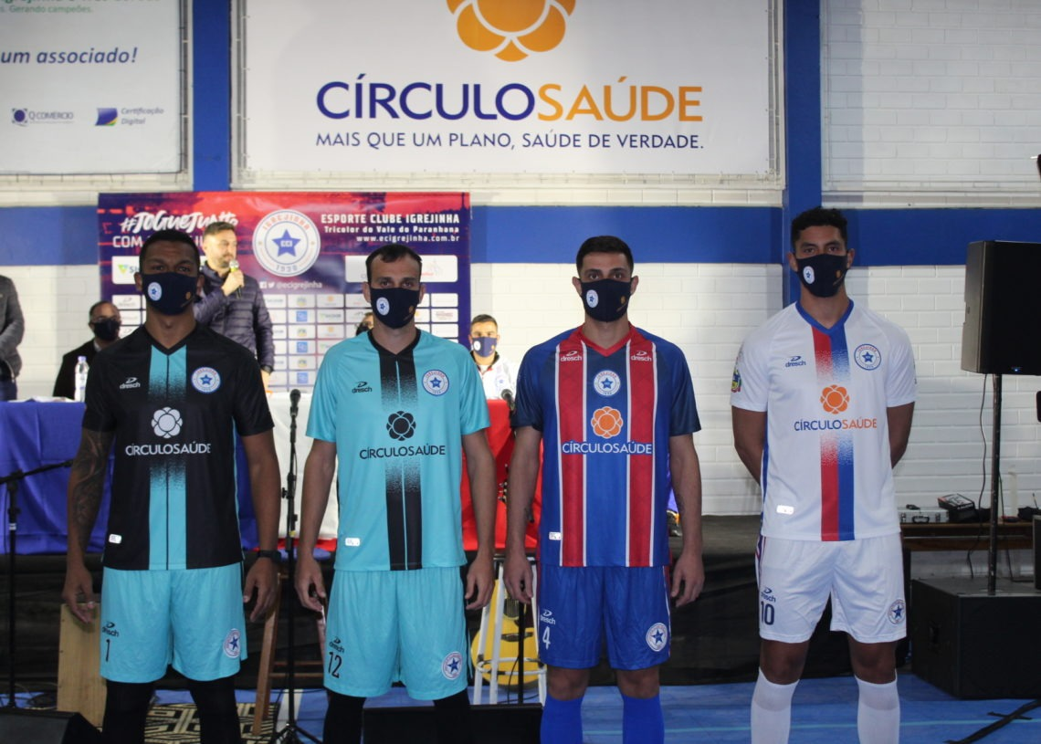 Novos uniformes apresentados. Em ordem da esquerda para a direita: 2º uniforme de goleiro, 1º uniforme de goleiro, 1º de jogo e 2º de jogo Foto: Lilian Moraes