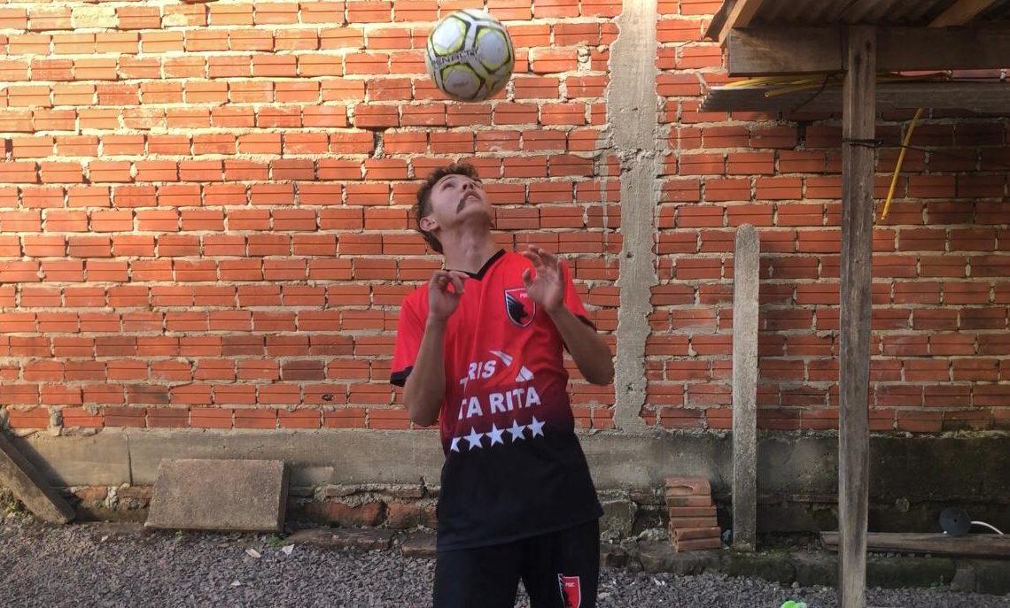 Alan vestindo a camisa do PGC e mostrando suas habilidades Fotos:  Lilian Moraes