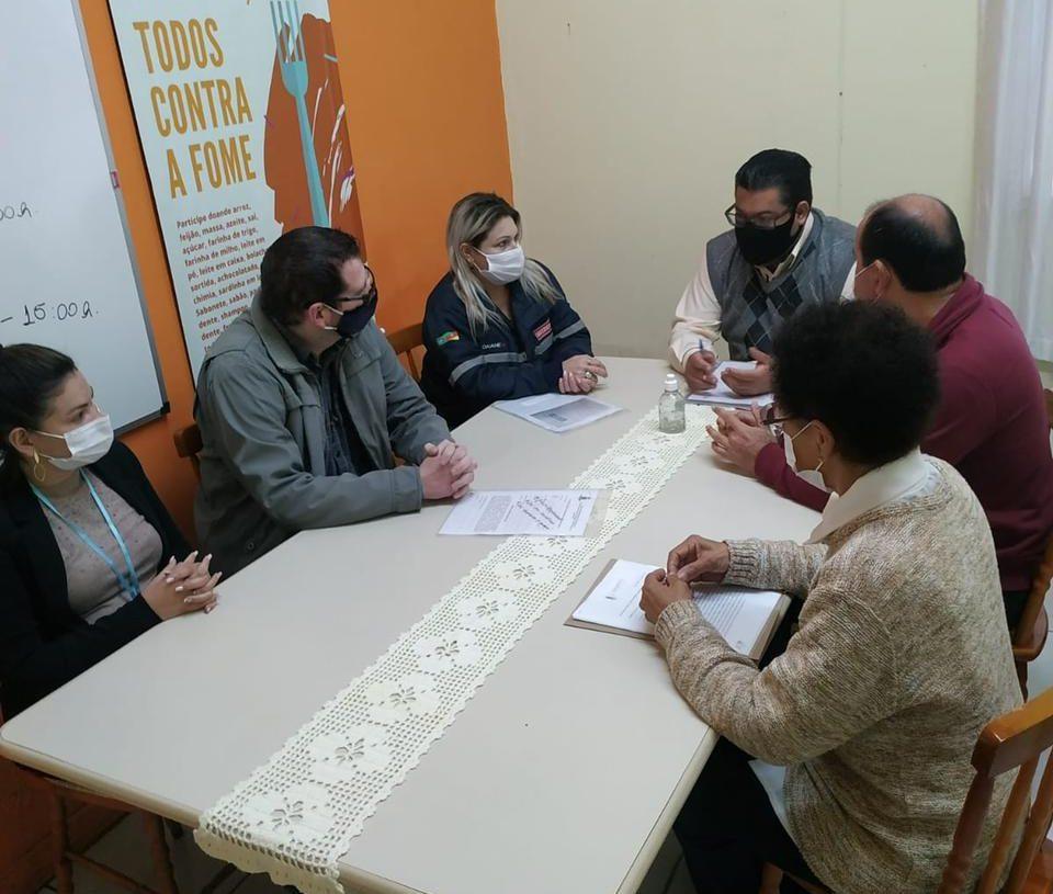 Secretário Maurício em reunião com a rede de apoio. Foto: Divulgação