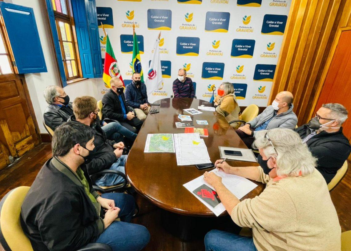 Reunião ocorreu no gabinete do prefeito Luiz Zafallon, em Gravataí. Foto: Cris Vargas / Divulgação