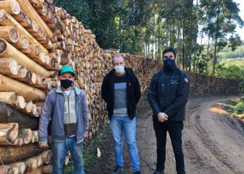 Na foto, da esquerda para a direita, seu Jair, secretário Mamuty e Igor Graeff. Foto: Matheus de Oliveira