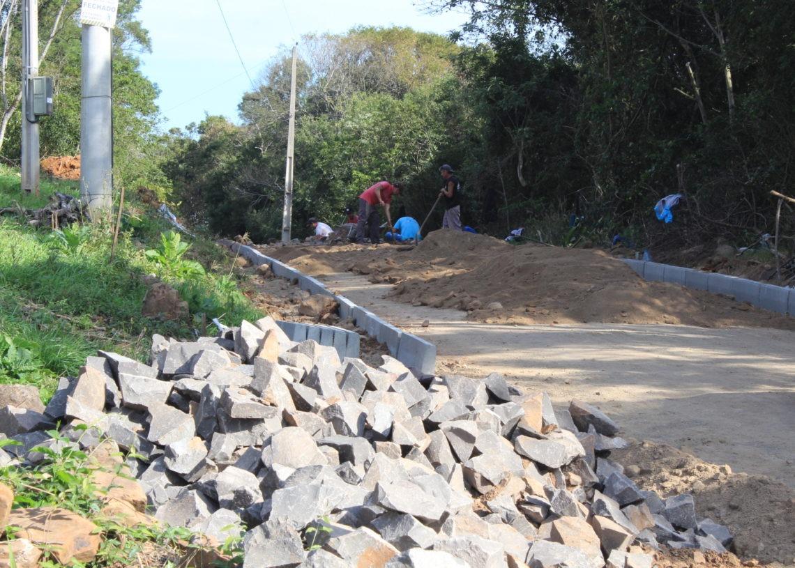 Serviços de pavimentação com pedra irregular estão em andamento. Foto: Matheus de Oliveira