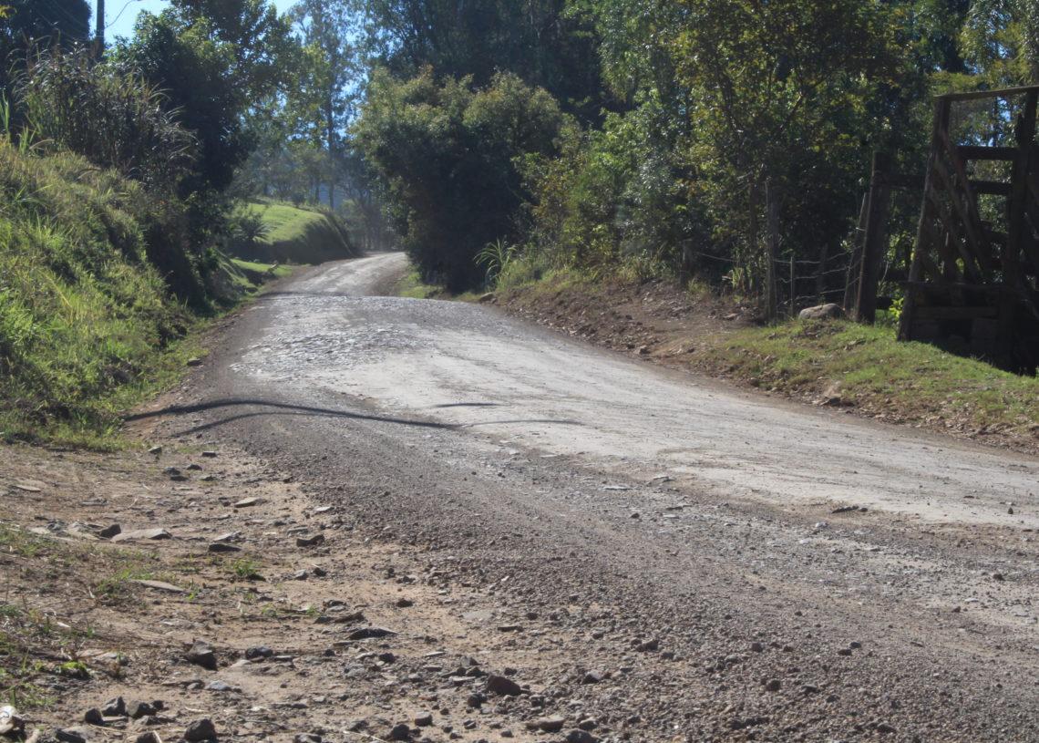 Fim do trecho de asfalto e início da estrada; projeto é pavimentar 7,37 km, de Três Coroas a Canela Foto: Lilian Moraes