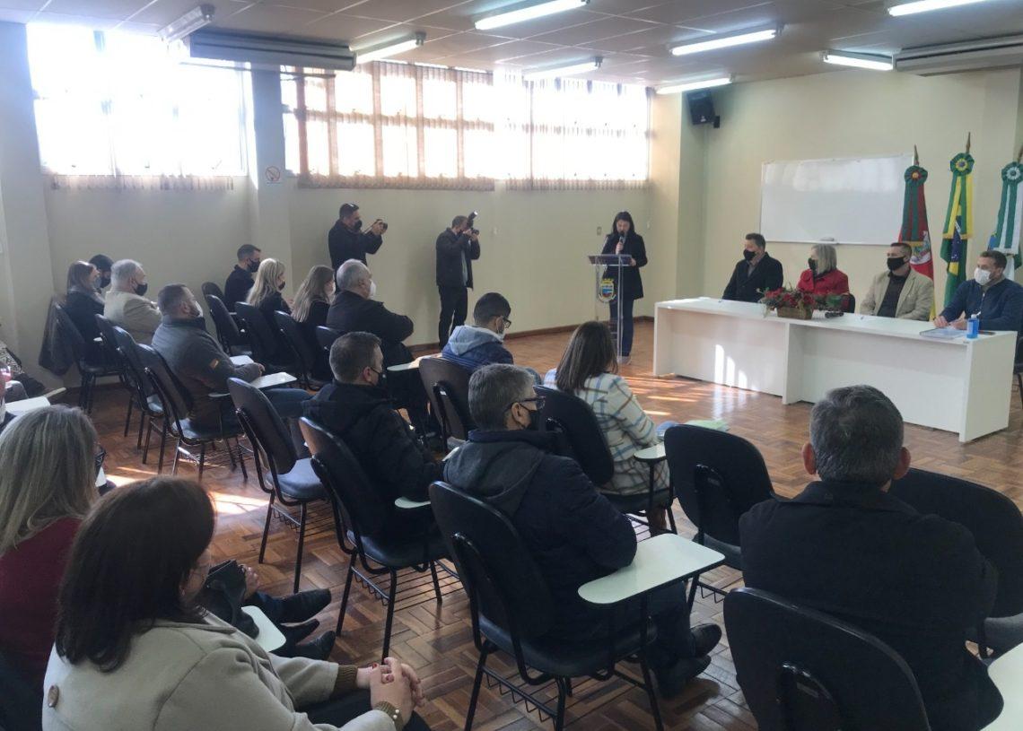Secretários, prefeitos e demais autoridades durante a reunião em Sapiranga Foto: (Melissa Costa)