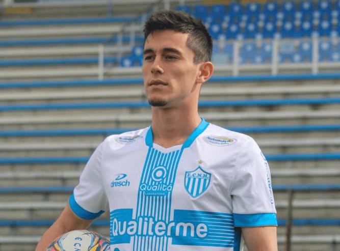 João, com o novo uniforme do clube para a temporada Foto: Divulgação/ECNH