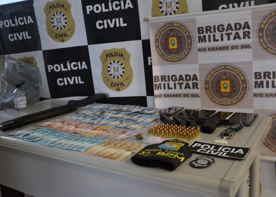 Dinheiro, munições e uma das armas apreendidas (Foto: Melissa Costa)